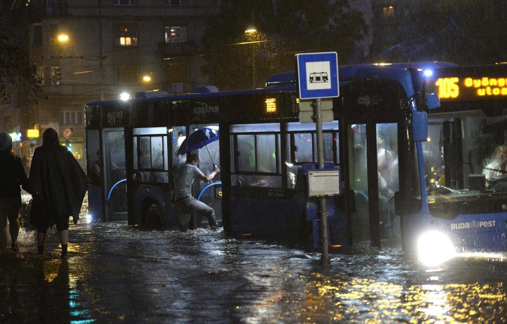 vihar budapesten 5 (Array)