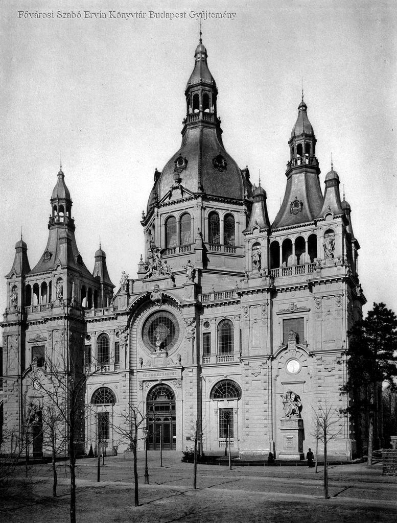 A Pfaff Ferenc tervei szerint épült Közlekedésügyi Csarnok, a későbbi Közlekedési Múzeum, mely még ebben az évtizedben eredeti formájában lesz látható.