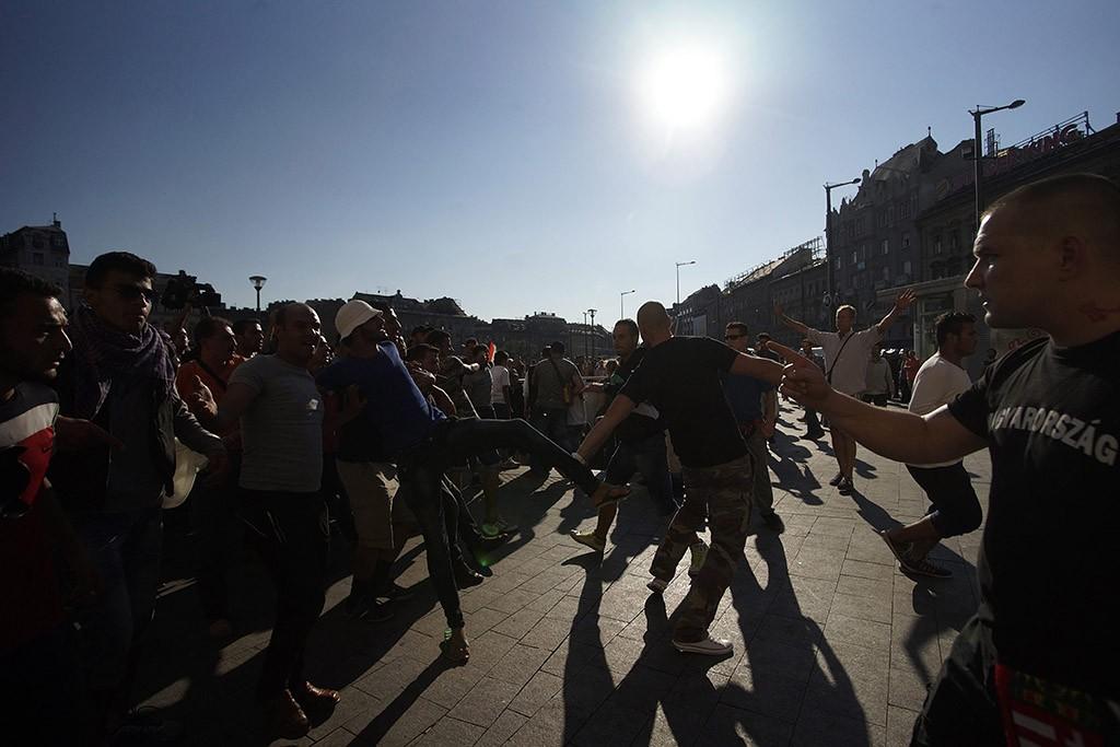 Budapest, 2015. szeptember 4.Radikális magyar futballszurkolók és illegális bevándorlók verekednek a Keleti pályaudvarnál 2015. szeptember 4-én.MTI Fotó: Balogh Zoltán