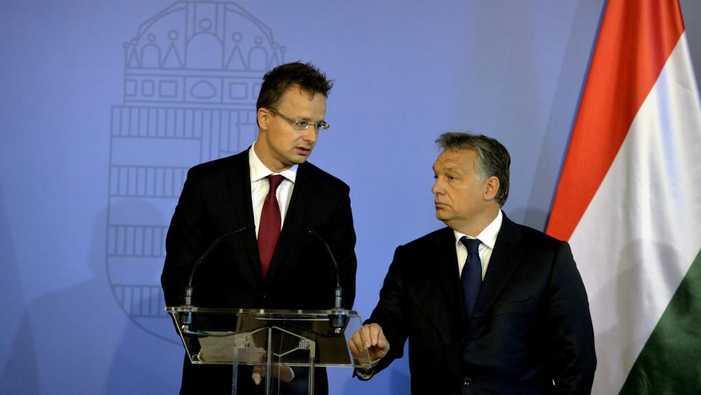 Budapest, 2015. szeptember 7.Orbán Viktor miniszterelnök (j) és Szijjártó Péter külgazdasági és külügyminiszter a misszióvezetői értekezlet megnyitóján Budapesten, a Külgazdasági és Külügyminisztériumban 2015. szeptember 7-én. Nincs európai terv a bevándorlási válsághelyzet kezelésére - mondta a miniszterelnök nyitóbeszédében.MTI Fotó: Koszticsák Szilárd