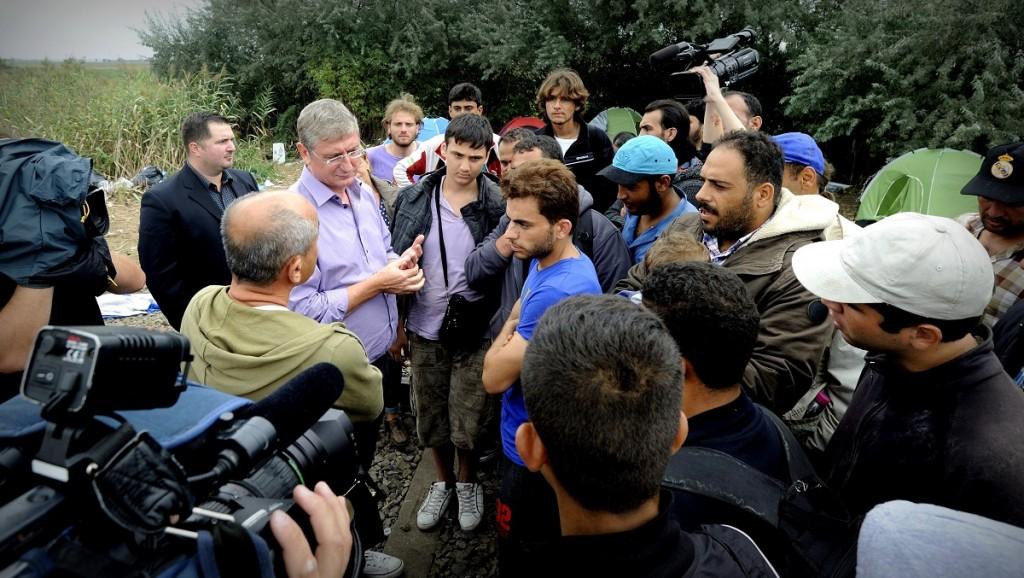 Röszke, 2015. szeptember 5.Gyurcsány Ferenc, a Demokratikus Koalíció elnöke (b) határsértőkkel beszélget újságírók gyűrűjében a magyar-szerb határon Röszke közelében 2015. szeptember 5-én.MTI Fotó: Kelemen Zoltán Gergely