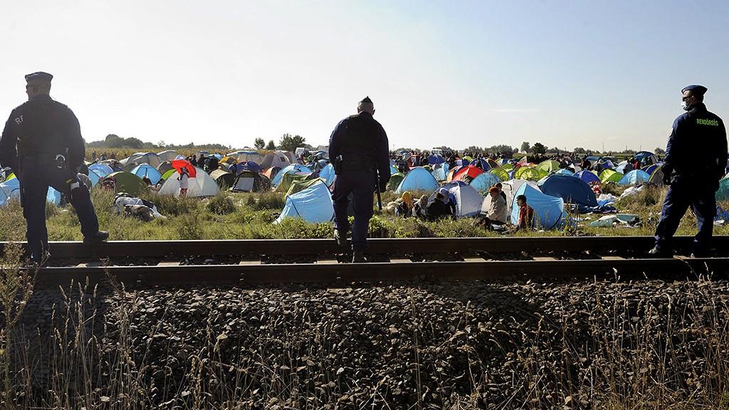 Röszke, 2015. szeptember 8.Rendőrök őrzik a sátrakban várakozó migránsokat Röszkén, a Dugonyi úton kialakított rendőrségi gyűjtőpontnál 2015. szeptember 8-án.MTI Fotó: Kelemen Zoltán Gergely