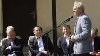 Csíkkozmás, 2014. szeptember 11. Liviu Dragnea miniszterelnök-helyettes, fejlesztési miniszter beszédet mond Csíkkozmáson, ahol Victor Ponta román kormányfõ (b2) székelyföldi önkormányzatokkal kötött támogatási szerzõdést, illetve átadott hét iskolabuszt 2014. szeptember 11-én. A miniszterelnök mintegy hatvan Hargita és Kovászna megyei településeknek adott át együttesen 12 millió lej (840 millió forint) értékû támogatást a román költségvetésbõl, elsõsorban infrastrukturális beruházások befejezésére. Balra Kelemen Hunor, a Románia Magyar Demokrata Szövetség elnöke. MTI Fotó: Haáz Sándor