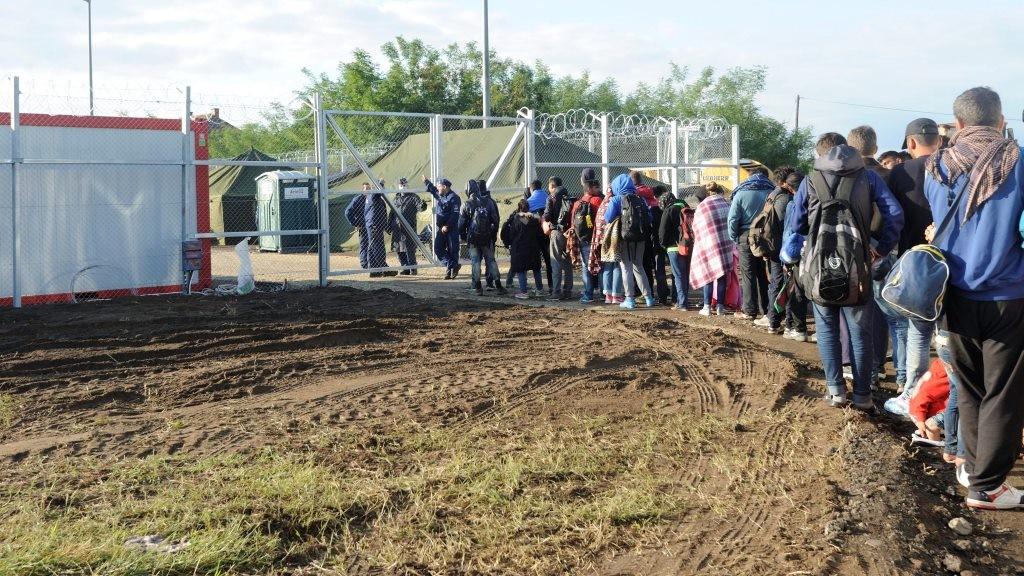 Illegális bevándorlás - Megnyílt az új idegenrendészeti előállító Röszkén