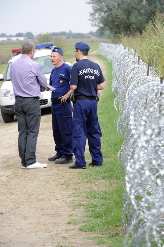 Horgos, 2015. szeptember 5. Rendőrök igazoltatják Gyurcsány Ferencet, a Demokratikus Koalíció elnökét a gyorstelepítésű drótakadálynál Röszke közelében, miután szabálytalanul átlépte a magyar-szerb határt 2015. szeptember 5-én. MTI Fotó: Kelemen Zoltán Gergely