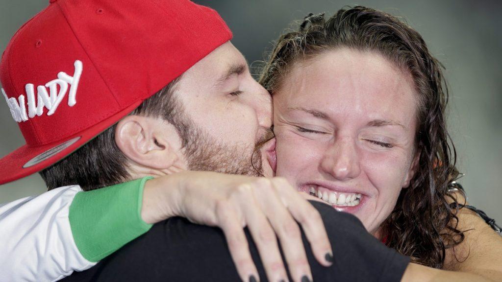 Kazany, 2015. augusztus 3. Hosszú Katinka férjével és edzõjével, Shane Tusuppal, miután világcsúccsal gyõzött a kazanyi úszó-, vízilabda-, mûugró- és mûúszó-világbajnokság nõi 200 méteres vegyesúszásában 2015. augusztus 3-án. (MTI/AP/Michael Sohn)