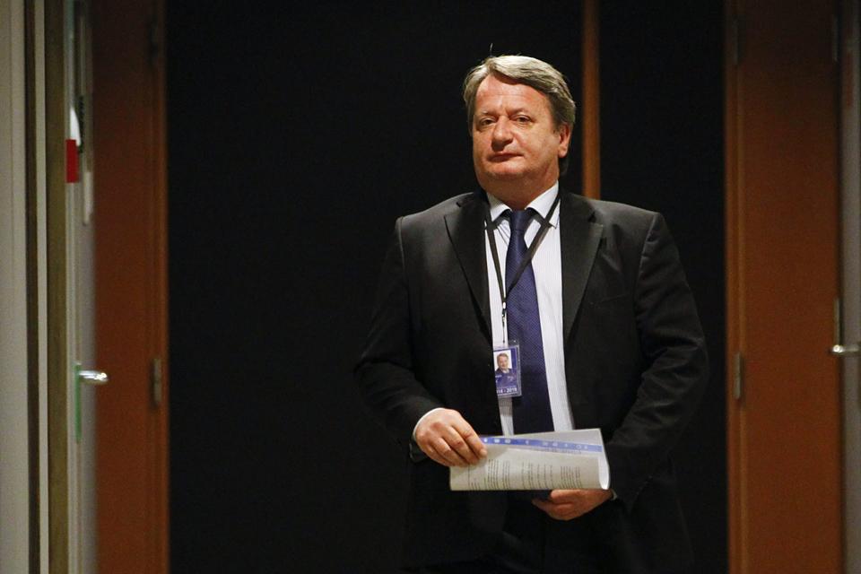 Brüsszel, 2015. május 6.Kovács Béla, a Jobbik európai parlamenti képviselője az Európai Parlament Jogi Bizottságánál tartott meghallgatásra érkezik Brüsszelben 2015. május 6-án. Kovács Bélát azért hallgatták meg, mert a magyar főügyészség a mentelmi jogának felfüggesztését kérte. (MTI/EPA/Olivier Hoslet)