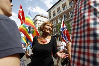Budapest, 2014. július 5.Lendvai Ildikó volt szocialista pártelnök 19. Budapest Pride, a leszbikus, meleg, biszexuális, transznemű és queer (LMBTQ) közösség fesztiváljának felvonulása előtt Budapesten, az Alkotmány utcában 2014. július 5-én.MTI Fotó: Szigetváry Zsolt