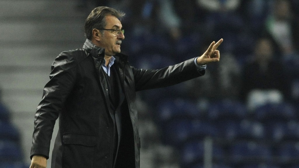 GNK Dinamo Zagreb's Croatian coach Ante Cacic reacts during the UEFA Champions League group A football match FC Porto against  GNK Dinamo Zagreb on November 21,  2012, at Dragao Stadium in Porto. AFP PHOTO / FERNANDO VELUDO