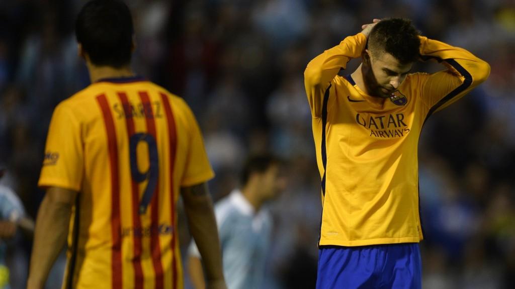 Barcelona's defender Gerard Pique (R) gestures during the Spanish league football match Celta Vigo vs FC Barcelona at the Balaidos stadium in Vigo on September 23, 2015.  AFP PHOTO / MIGUEL RIOPA