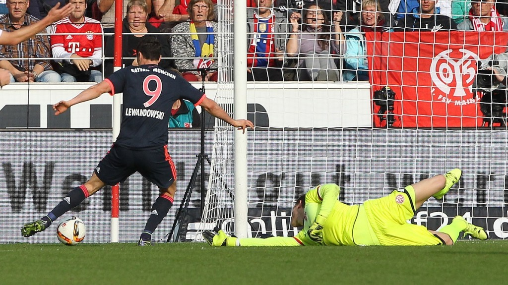 Bayern Munich's Polish striker Robert Lewandowski (L) scores the 2-0 goal past Mainz' goalkeeper Loris Karius during the German first division Bundesliga football match 1 FSV Mainz 05 vs FC Bayern Muenchen in Mainz, southern Germany, on September 26, 2015. AFP PHOTO / DANIEL ROLAND  RESTRICTIONS: DURING MATCH TIME: DFL RULES TO LIMIT THE ONLINE USAGE TO 15 PICTURES PER MATCH AND FORBID IMAGE SEQUENCES TO SIMULATE VIDEO.  == RESTRICTED TO EDITORIAL USE == FOR FURTHER QUERIES PLEASE CONTACT DFL DIRECTLY AT + 49 69 650050.
