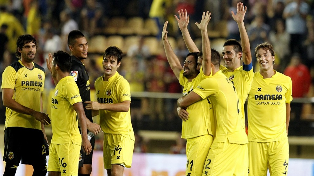 Villarreal's players celebrate their victory during the Spanish league football match Villarreal CF vs Club Atletico de Madrid at El Madrigal stadium in Villareal on September 26, 2015.  AFP PHOTO / JOSE JORDAN