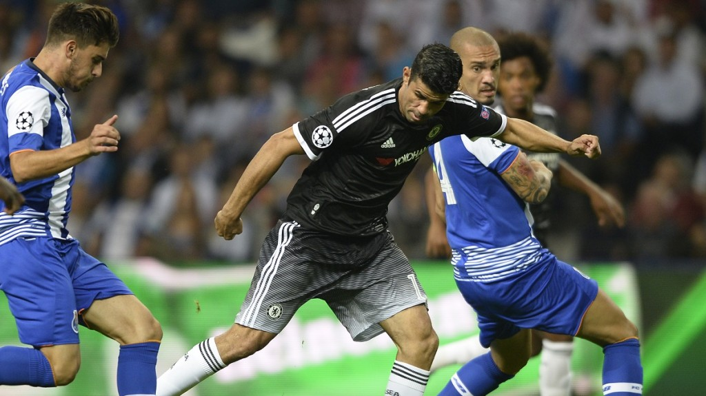 Chelsea's Brazilian-born Spanish striker Diego Costa (C) controls the ball next to Porto's midfielder Ruben Neves (L) and Brazilian defender Maicon during the UEFA Champions League Group G football match between FC Porto and Chelsea FC at the at the Dragao stadium in Porto on September 29, 2015.    AFP PHOTO / MIGUEL RIOPA