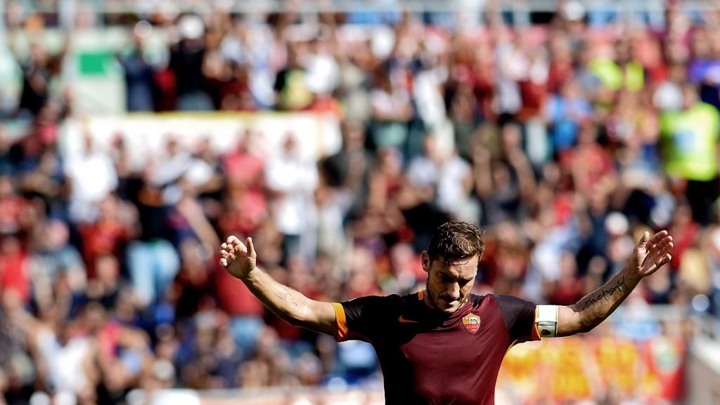 Roma's Italian forward Francesco Totti celebrates after scoring a goal during the Italian Serie A football match between Roma and Sassuolo at the Olympic Stadium in Rome on September 20, 2015. AFP PHOTO / TIZIANA FABI