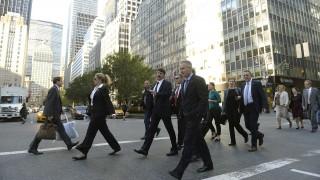 New York, 2015. szeptember 24. Áder János köztársasági elnök (k) és Kõrösi Csaba, a Köztársasági Elnöki Hivatal (KEH) környezeti fenntarthatósági igazgatóságának vezetõje (b6), valamint a magyar delegáció tagjai New York Manhattan részében 2015. szeptember 24-én. Áder János részt vesz és felszólal az ENSZ által szervezett fenntartható fejlõdési csúcs plenáris ülésén. MTI Fotó: Bruzák Noémi