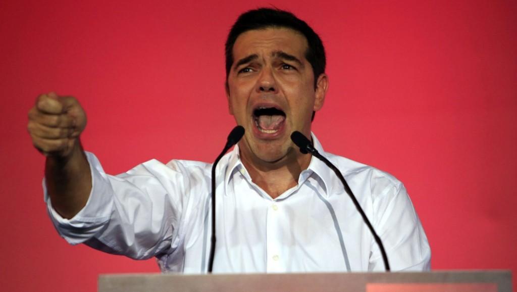 Athén, 2015. szeptember 18. Alekszisz Ciprasz lemondott görög kormányfõ, a kormányzó Radikális Baloldal Koalíciója (Sziriza) párt vezetõje beszél a parlament athéni épülete elõtt, a Szintagma téren rendezett gyûlésükön 2015. szeptember 18-án. Görögországban szeptember 20-án tartanak elõrehozott választásokat. (MTI/AP/Lefterisz Pitarakisz)