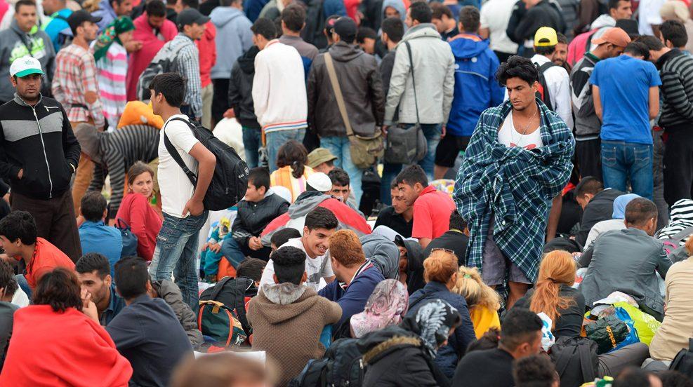 Nickelsdorf, 2015. szeptember 5.Magyarországról érkezett illegális bevándorlók a magyar-osztrák határ ausztriai oldalán, Nickelsdorfnál (Miklóshalma) 2015. szeptember 5-én. (MTI/EPA/Roland Schlager)