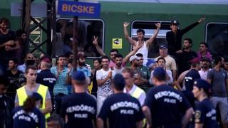 Bicske, 2015. szeptember 3.Rendőrök az illegális bevándorlókkal a budapesti Keleti pályaudvarról Sopronba közlekedő, Bicskén megállított vonat mellett 2015. szeptember 3-án. A migránsok főként az állomáson veszteglő vonaton vannak. Körülbelül 30, többségében nő és gyermek önként elhagyta a vonatot, őket busszal egy befogadóhelyre viszik.MTI Fotó: Balogh Zoltán