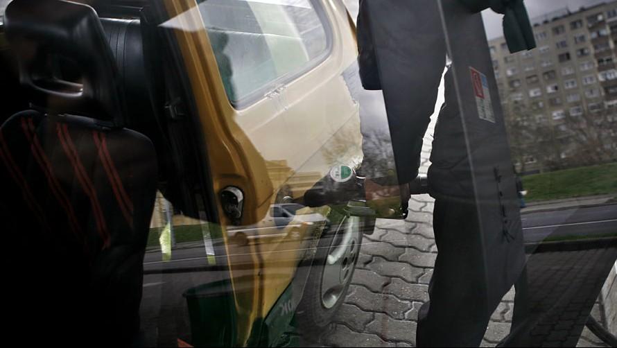 Image: 72947507, Emelkednek a benzinárak. A MOL bruttó 5 forinttal emelte a benzin és a gázolaj nagykereskedelmi listaárát 2011. március 9-én - szerdán - 0 órától. Az olajcég lépését ezúttal is a tőzsdei üzemanyag jegyzésárak múlt heti emelkedése teszi indokolttá, melynek hatására a hazai árak újabb rekordmagasságba emelkedtek., Place: Budapest, Hungary, License: Rights managed, Model Release: No or not aplicable, Property Release: Yes, Credit: smagpictures.com