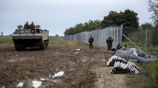 Beremend, 2015. szeptember 28. A honvédség PTSZ típusú lánctalpas jármûve az épülõ ideiglenes mûszaki határzár mellett a magyar-horvát határon, a beremendi határátkelõhely közelében 2015. szeptember 28-án. MTI Fotó: Sóki Tamás