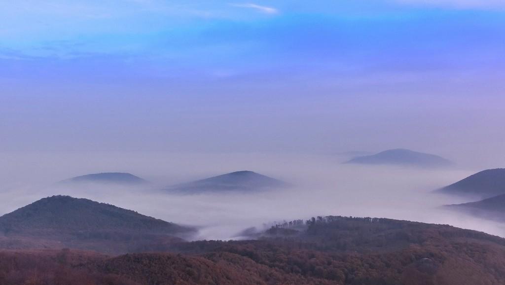 Pilisszentkereszt, 2014. november 2. Õszi párás hajnal a 700 méter magas Dobogókõn. MTVA/Bizományosi: Faludi Imre  *************************** Kedves Felhasználó! Az Ön által most kiválasztott fénykép nem képezi az MTI fotókiadásának, valamint az MTVA fotóarchívumának szerves részét. A kép tartalmáért és a szövegért a fotó készítõje vállalja a felelõsséget.