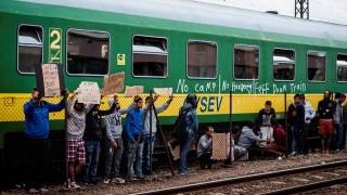Illegális bevándorlás - Bicskén tüntetnek a vonaton éjszakázó migránsok