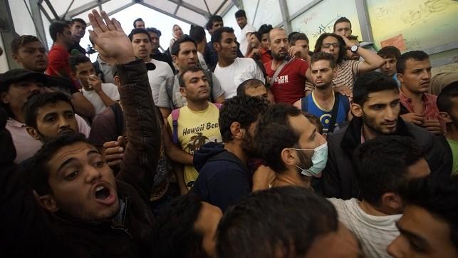 Bicske, 2015. szeptember 3. Illegális bevándorlók a bicskei vasútállomáson, miután rendõrök leszállították õket a Budapestrõl Sopronba tartó vonatról 2015. szeptember 3-án. MTI Fotó: Balogh Zoltán