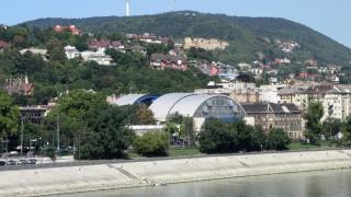 Budapest, 2015. augusztus 26. A Császár-Komjádi Sportuszoda uszodából és szállodából álló épületegyüttese a fõváros II. kerületében, az Árpád fejedelem útján. A háttérben a Hármashatár-hegy látható az Antenna Hungária televíziós adótornyával. MTVA/Bizományosi: Simó Endre  *************************** Kedves Felhasználó! Az Ön által most kiválasztott fénykép nem képezi az MTI fotókiadásának, valamint az MTVA fotóarchívumának szerves részét. A kép tartalmáért és a szövegért a fotó készítõje vállalja a felelõsséget.