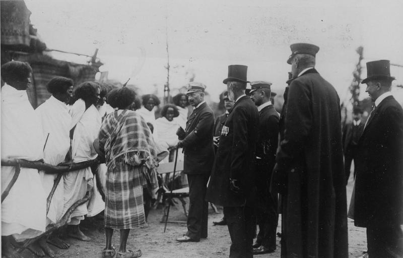 1909. Kaiser Wilhelm II. im Gespräch mit den Aethiopiern bei Carl Hagenbeck in Hamburg. 12183-09