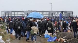 Röszke, 2015. szeptember 11.Migránsok gyalogolnak a Horgos-Szeged vasútvonal mentén, a röszkei Dugonyi úti rendőrségi gyűjtőpont felé, ahonnan buszok szállítják őket regisztrációra a magyar-szerb határ közelében 2015. szeptember 11-én.MTI Fotó: Kelemen Zoltán Gergely