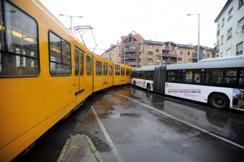 Busz és villamos ütközött Budapesten