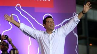 Athén, 2015. szeptember 18. Alekszisz Ciprasz lemondott görög kormányfõ, a kormányzó Radikális Baloldal Koalíciója (Sziriza) párt vezetõje köszönti támogatóit a parlament athéni épülete elõtt, a Szintagma téren rendezett gyûlésükön 2015. szeptember 18-án. Görögországban szeptember 20-án tartanak elõrehozott választásokat. (MTI/AP/Lefterisz Pitarakisz)