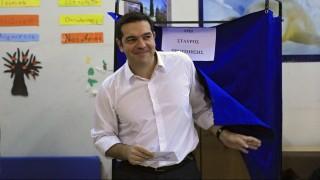 Athén, 2015. szeptember 20. Alekszisz Ciprasz volt görög miniszterelnök, az eddig kormányzó baloldali Sziriza párt vezetõje kilép a szavazófülkébõl az elõre hozott görög parlamenti választásokon Athénban 2015. szeptember 20-án. (MTI/EPA/Oresztisz Panajotu)