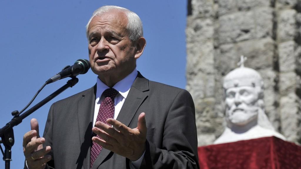 Zebegény, 2015. június 6. Harrach Péter, a KDNP frakcióvezetõje beszédet mond 2015. június 6-án Zebegényben, ahol a trianoni békediktátum 95. évfordulója alkalmából újraszentelték a Kálváriadombon álló emlékmûegyüttest: a felújított országzászlót és az elsõ világháborús Hõsök emlékmûvét. MTI Fotó: Kovács Attila