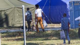 Körmend, 2015. szeptember 12. Illegális bevándorlók a Körmendi Rendészeti Szakközépiskola udvarán kialakított ideiglenes gyûjtõponton 2015. szeptember 12-én. MTI Fotó: Varga György