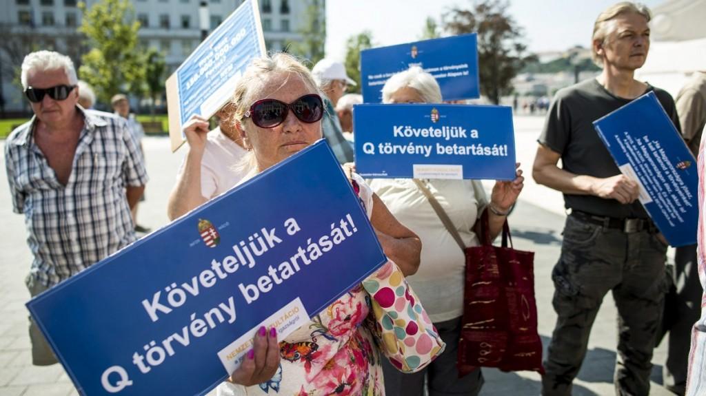 Budapest, 2015. szeptember 3.Quaestor-károsultak demonstrálnak az Országház előtti Kossuth Lajos téren 2015. szeptember 3-án.MTI Fotó: Marjai János