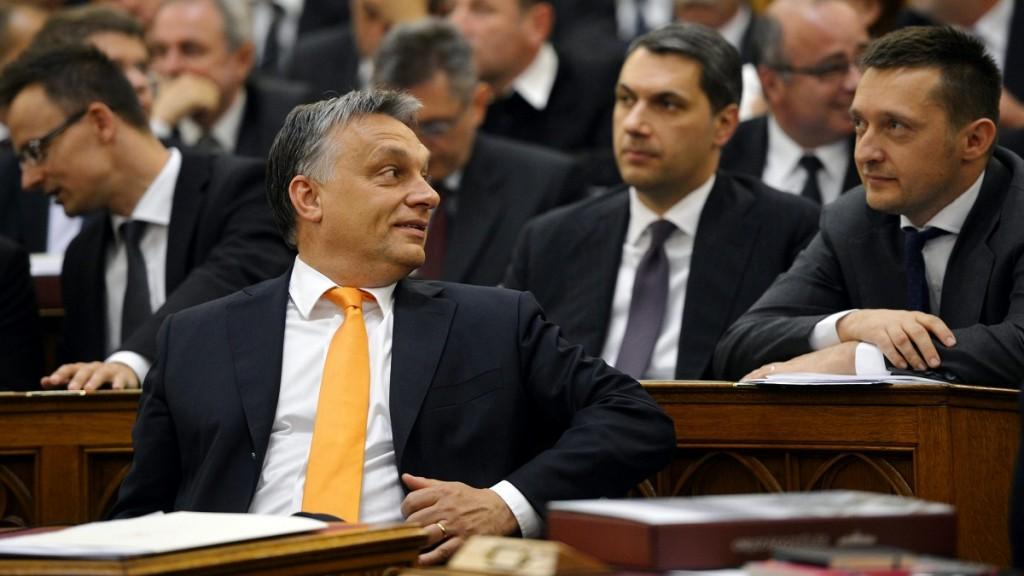 Budapest, 2014. május 6.Elöl Orbán Viktor, az országgyűlési választásokon győztes Fidesz-KDNP pártszövetség miniszterelnök-jelöltje, jelenlegi miniszterelnök, mögötte Szijjártó Péter, a Miniszterelnökség külügyi és külgazdasági államtitkára, Lázár János, a Miniszterelnökséget vezető államtitkár és Rogán Antal, a Fidesz frakcióvezetője (b-j) az új parlament alakuló ülésén 2014. május 6-án.MTI Fotó: Beliczay László