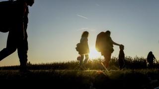 Sid, 2015. szeptember 23.Migránsok a horvát határ felé gyalogolnak a szerbiai Sid település közelében 2015. szeptember 22-én.MTI Fotó: Balogh Zoltán