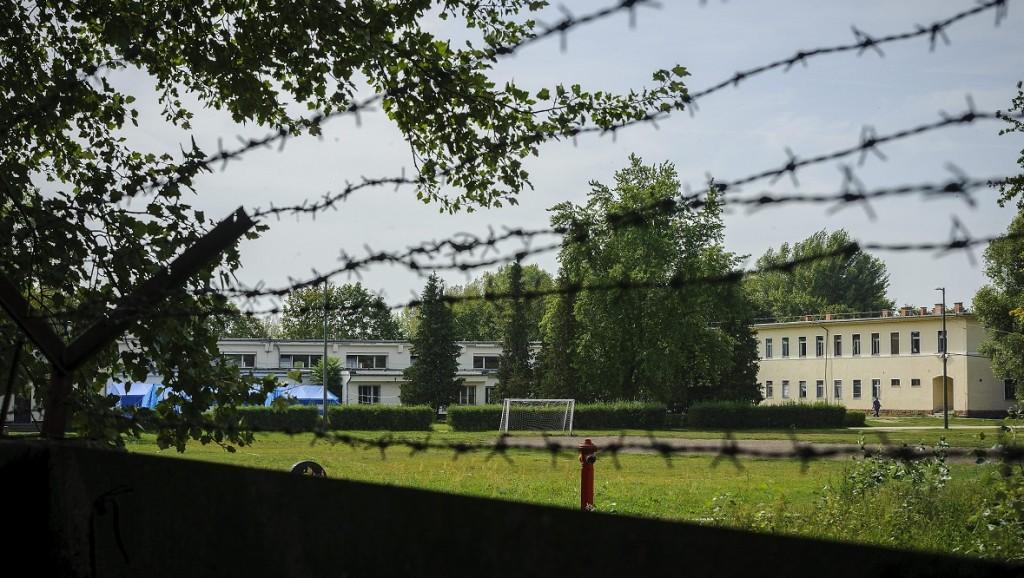 Debrecen, 2015. szeptember 17. Üres focipálya a Bevándorlási és Állampolgársági Hivatal debreceni befogadó állomásának udvarán 2015. szeptember 17-én. A közelmúltban még csaknem kétezren lakták a tábort, mostanra azonban már csak közel háromszázan maradtak, fõleg afrikaiak. MTI Fotó: Czeglédi Zsolt