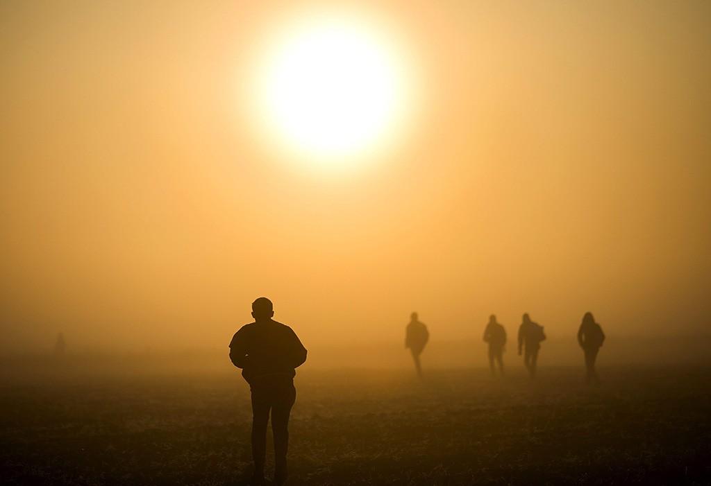 Röszke, 2015. szeptember 12.Migránsok szántóföldön keresztül igyekeznek kikerülni az ellenőrzést a Horgos-Szeged vasútvonal mellett, a magyar-szerb határ közelében, Röszke térségében 2015. szeptember 13-án.MTI Fotó: Mohai Balázs
