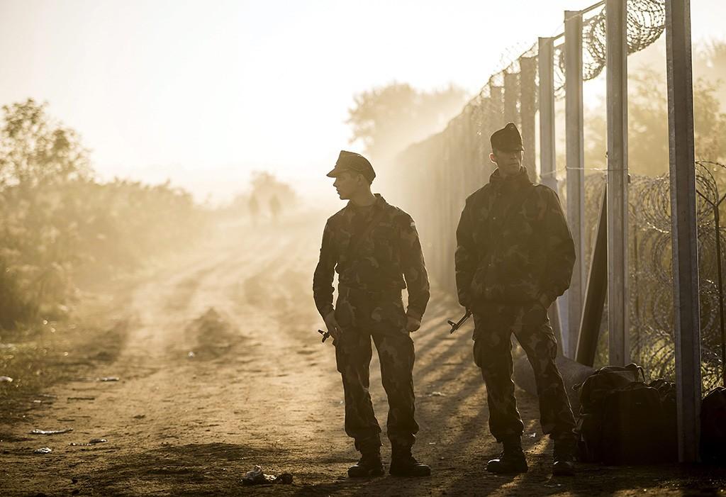Röszke, 2015. szeptember 12.Katonák a magyar-szerb határon, az ideiglenes biztonsági határzár mellett Röszke térségében 2015. szeptember 13-án.MTI Fotó: Mohai Balázs