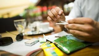Nyíregyháza, 2011. június 16.Csáki Szilárd cigarettát sodor egy vendéglátóhely teraszán, Nyíregyházán. A kormány törvényjavaslata értelmében a nyár végétől emelkedhet a cigaretta és a dohány jövedéki adója. Az emelés várhatóan nagyobb lesz az egyre divatosabb vágott dohánynál, mint a cigaretta esetében. MTI Fotó: Balázs Attila