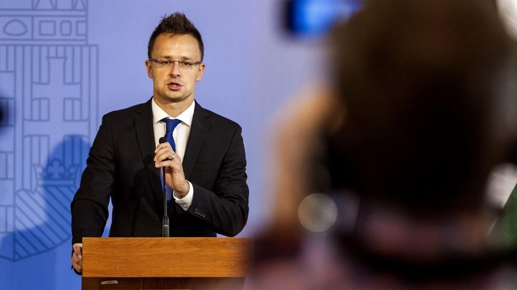 Budapest, 2015. szeptember 18.Szijjártó Péter külgazdasági és külügyminiszter a Coloplast Kft. munkahelyteremtéssel járó beruházásáról tartott sajtótájékoztatón a Külgazdasági és Külügyminisztériumban 2015. szeptember 18-án. Az orvosi eszközöket és kiegészítőket gyártó dán Coloplast 11 milliárd forintos beruházással, egy újabb gyáregységet épít tatabányai telephelyén, ahol ezzel 501 új munkahelyet teremt.MTI Fotó: Szigetváry Zsolt