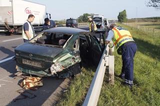Lajosmizse, 2015. szeptember 3.Rendőrök helyszínelnek az M5-ös autópályán Lajosmizse közelében, ahol meghalt egy ember, amikor szalagkorlátnak ütközött egy személygépkocsi 2015. szeptember 3-án. Az áldozat feltehetően illegális bevándorló. A gépkocsit vezető magyar embercsempész elmenekült a helyszínről, de a rendőrök elfogták.MTI Fotó: Donka Ferenc