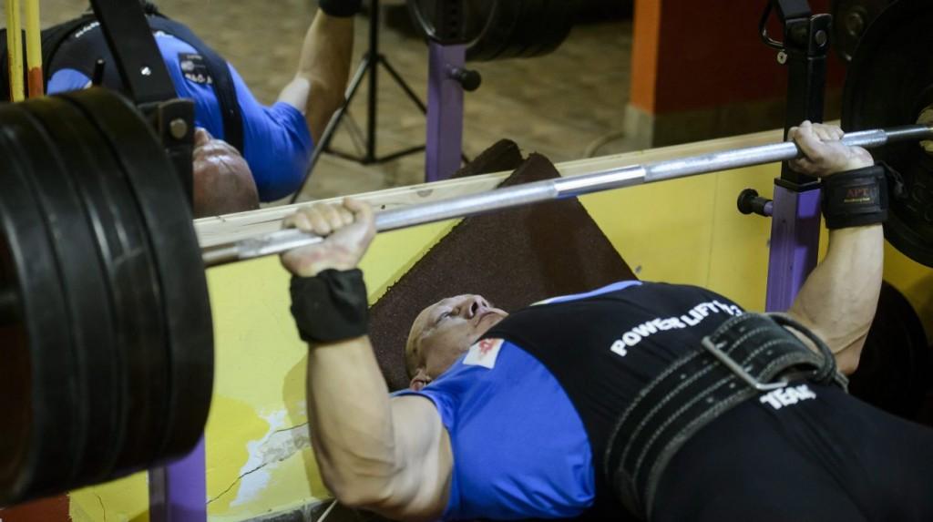 Eger, 2014. november 29. Bocz Tamás rendõrnyomozó, erõemelõ világbajnok fekvenyomó gyakorlatot végez edzés közben Egerben 2014. november 29-én. A sportoló az erõemelõk nyílt kategóriájának -110 kg-os súlycsoportjában 772,5 kilogrammos összteljesítménnyel világbajnok lett a World United Amateur Powerlifting szövetség ausztriai fekvenyomó és erõemelõ világbajnokságán 2014 októberében. MTI Fotó: Komka Péter