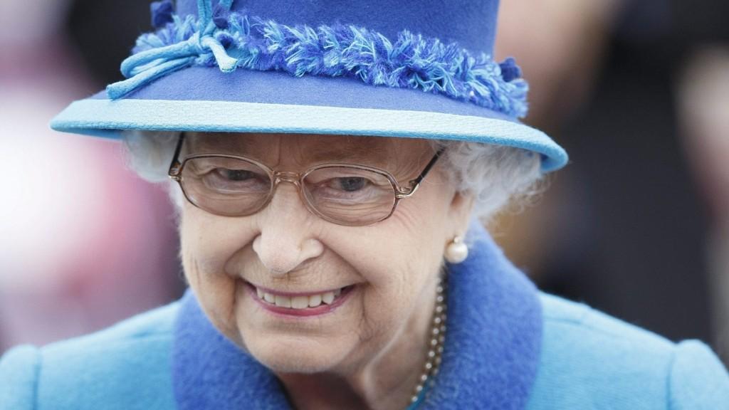 Tweedbank, 2015. szeptember 9. II. Erzsébet angol királynõ megérkezik a skóciai Tweedbankbe, ahol felavatja a település és a fõváros között közlekedõ új vasútvonalat 2015. szeptember 9-én. II. Erzsébet ezen a napon lesz az ezeréves angol-brit monarchia leghosszabb ideje uralkodó koronás fõje. (MTI/EPA/Robert Perry)