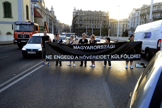 Budapest, 2015. szeptember 2. Egészségügyi dolgozók molinót tartva lezárják a budapesti Erzsébet hidat 2015. szeptember 2-án a szférában dolgozók alacsony jövedelme miatti tiltakozásul. MTI Fotó: Mihádák Zoltán