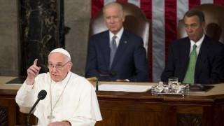 Washington, 2015. szeptember 24. Ferenc pápa beszédet mond az amerikai törvényhozás, a kongresszus két háza elõtt a washingtoni Capitoliumban 2015. szeptember 24-én. A háttérben Joe Biden amerikai alelnök, a szenátus elnöke (b) és John Boehner, a képviselõház republikánus elnöke. (MTI/EPA/Drew Angerer)