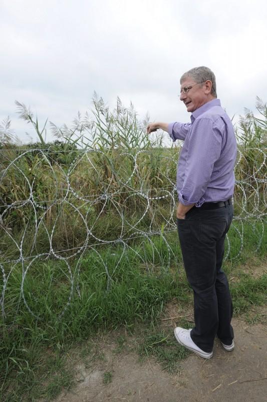 Röszke, 2015. szeptember 5. Gyurcsány Ferenc, a Demokratikus Koalíció elnöke a gyorstelepítésû drótakadálynál áll a magyar-szerb határon Röszke közelében 2015. szeptember 5-én. MTI Fotó: Kelemen Zoltán Gergely