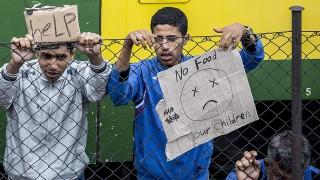 Bicske, 2015. szeptember 4.A bicskei állmáson álló vonaton éjszakázó illegális bevándorlók egy része tüntet 2015. szeptember 4-én a szerelvény mellett. A rendőrség korábban leszállította a bevándorlókat a vonatról, hogy a befogadóállomásra kísérje őket, de miután nem voltak hajlandóak elindulni a központba, később visszaengedték az embereket a szerelvényekre. A szerelvényen maradt mintegy ötszáz migráns a regisztrációhoz szükséges rendőri intézkedéssel szemben továbbra is passzív ellenállást tanúsít, és nem hajlandó együttműködni.MTI Fotó: Bodnár Boglárka